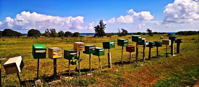 poštovní schránky na louce
