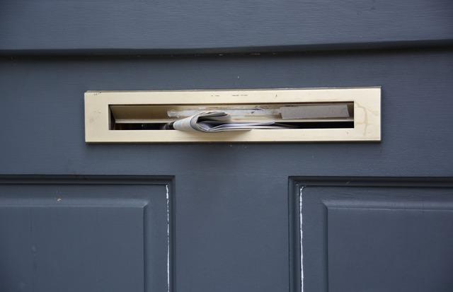 schránka ve dveřích