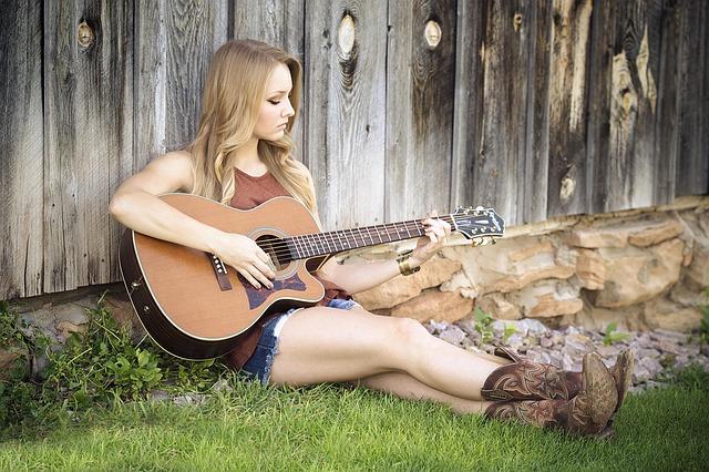 blonďatá kytaristka