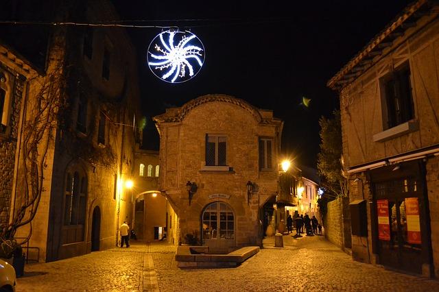 osvětlená ulice ve večerním městě